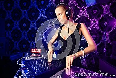 Señora rubia joven atractiva DJ que juega música