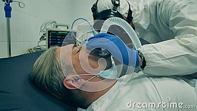 Se está administrando máscara de oxígeno a un paciente varón que duerme almacen de metraje de vídeo