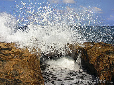Sea ​​waves and the rocks