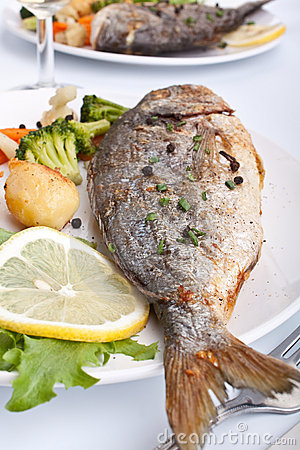 Free Sea Bream Fish With Vegetables Royalty Free Stock Images - 9623059