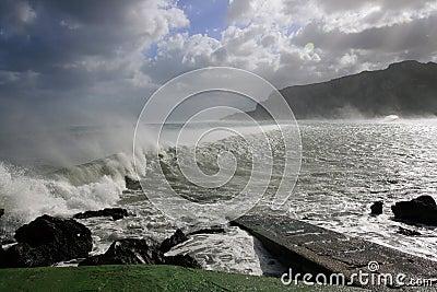 Sea vawes crashing on wind