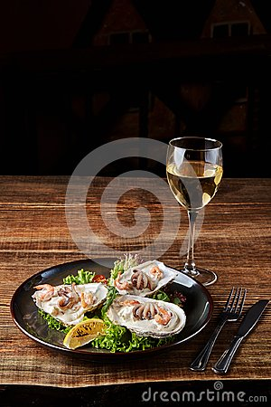Free Seafood. Restaurant Cuisine, Healthy Delicatessen Food. Oysters, Shrimps, Octopus In White Cream Sauce In The Shell Of Royalty Free Stock Image - 108535006