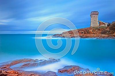 Señal de la torre de Calafuria en roca y el mar del acantilado. Toscana, Italia. Fotografía larga de la exposición.