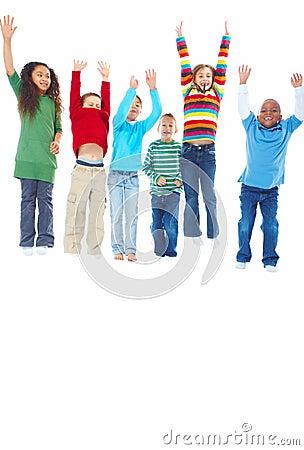 Sechs Kinder, die mit ihren Händen angehoben springen