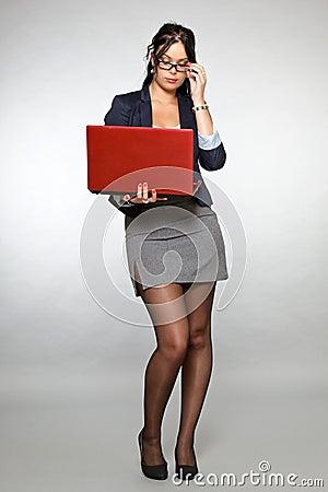 Secr taire avec l 39 ordinateur portatif rouge image stock - Secretaire ordinateur ...