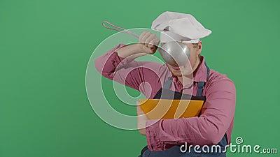 Sede de chef bebendo água de uma tigela filme