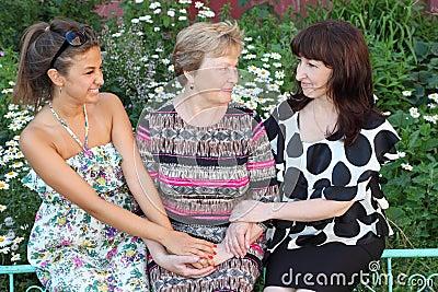 Sede della figlia della nonna, della madre e sorridere