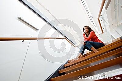 Sedendosi sulle scale