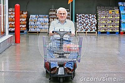 Sedia a rotelle motorizzata degli azionamenti anziani dell for Vecchio in sedia a rotelle