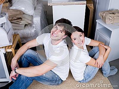 Seduta delle coppie retro a retro dopo essere mosssi