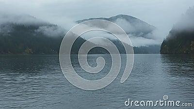 See zwischen den von Nebel bedeckten Bergen stock video