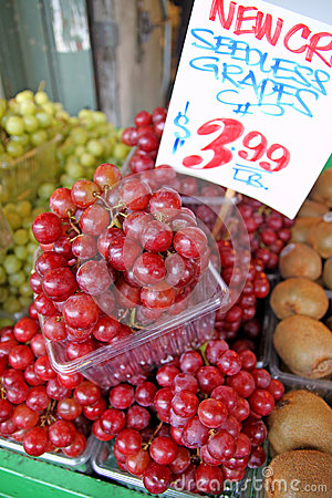 Free Seedless Grapes On Market Royalty Free Stock Photography - 26050437