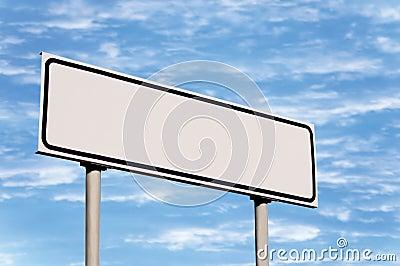 Segnale stradale in bianco contro il cielo