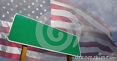 Segnale stradale verde 4k vuoto sopra la bandiera americana e le nuvole time-lapse fantasma royalty illustrazione gratis