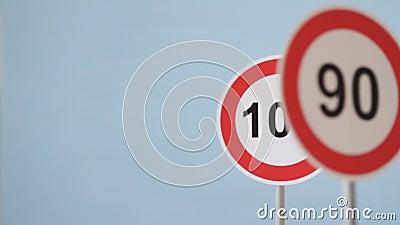 Segnaletica stradale indicante il limite di velocità archivi video