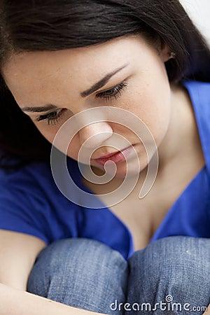 Sehr trauriges junges Mädchen