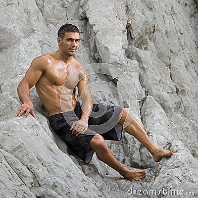 Seksowny plażowy mężczyzna