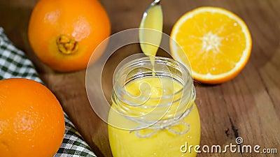 Selbst gemachter orange Klumpen in einem Glas stock video
