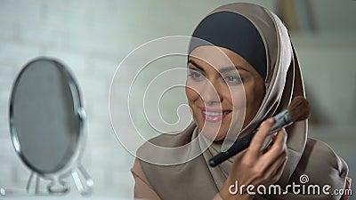 Selbstbewusste arabische Dame, die das Make-up, Pulver durch Bürste anwendend, Weiblichkeit tut stock video footage
