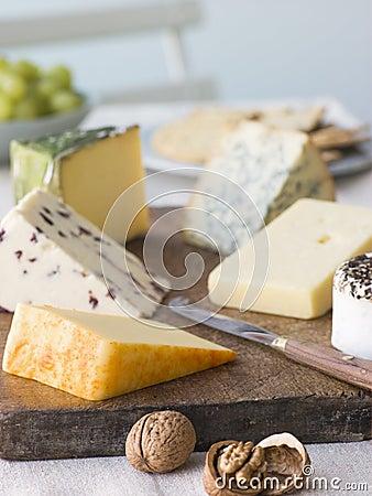 Selección de quesos británicos con las galletas de las nueces