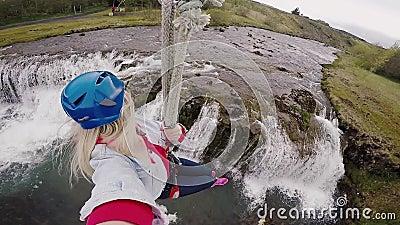 Selfie auf der Aktionskamera der jungen Schönheit fliegend abwärts auf Federelement durch die Seilweise über dem Fluss