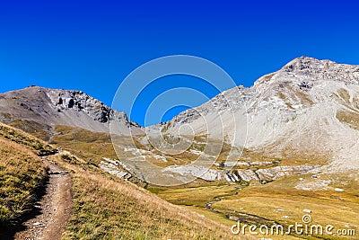 Senda para peatones en las montañas