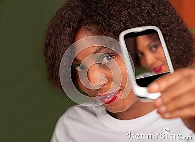 Senhora com telefone da câmera