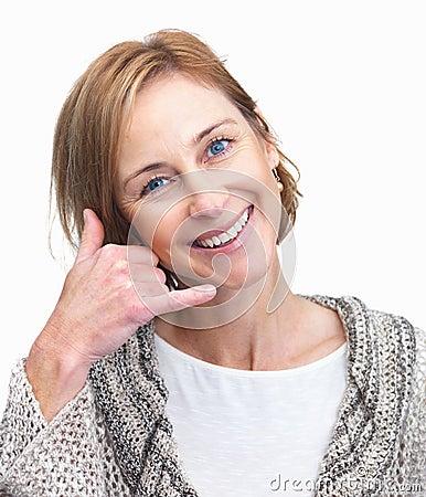 Senhora elegante que gesticula um atendimento mim sinal