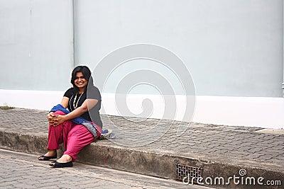 Senhora obeso feliz Relaxamento Após Manhã Passeio
