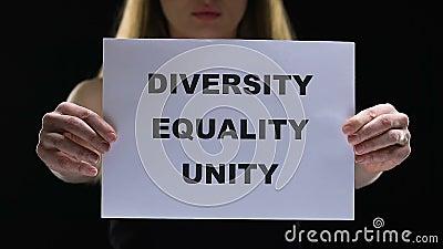 Senhora que guarda o sinal da unidade da igualdade da diversidade, esforçando-se para direitos sociais fêmeas video estoque
