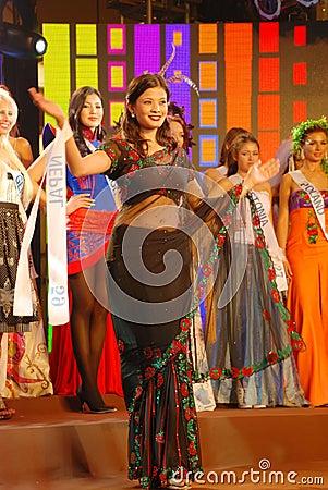 Trajes tipico do mundo  Senhorita-nepal-que-desgasta-o-traje-nacional-thumb21844599