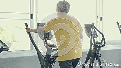 Senior Mann asian Training im Fitnessraum, älterer Kaukasier tun Aktivität für Cardio in Fitness für gesunde stock video