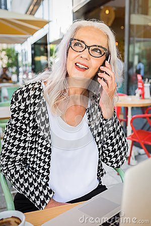 Free Senior Woman Listening To A Phone Call Royalty Free Stock Images - 101180889
