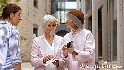 Seniorenfrauen, die den Passanten um die Richtung in der Stadt bitten stock video footage
