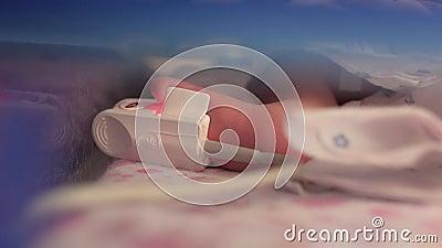 Sensor conectado con el pie de un bebé prematuro recién nacido Unidad de Cuidados Intensivos para los niños 4K v?deo 4K metrajes