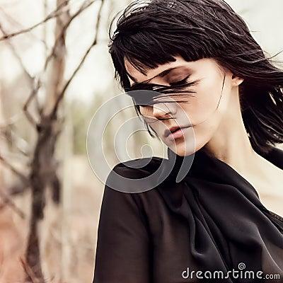 Sensueel meisje in het hout