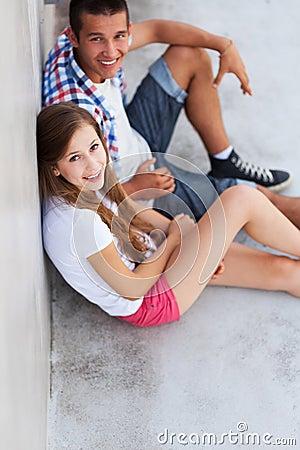 Sentada adolescente de los pares