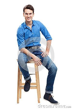 Sentada casual del hombre