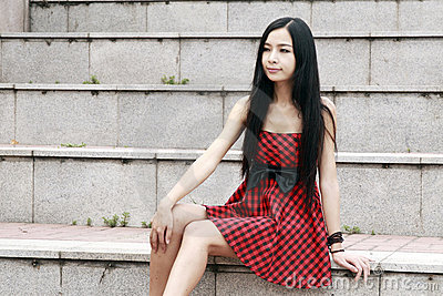 Sentada modelo joven en las escaleras