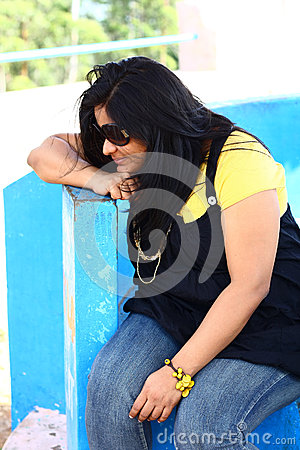 Señora india obesa Looking Down