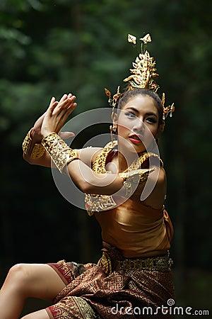 Señora tailandesa hermosa en vestido tradicional tailandés del drama
