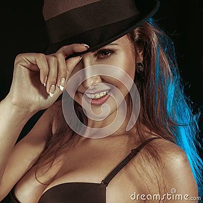 Sepiaporträt der erwachsenen Frau mit toothy Lächeln
