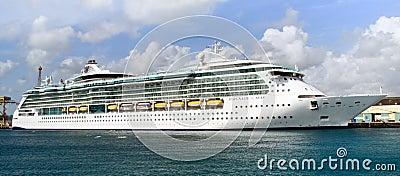 Serenata del barco de cruceros de los mares en Barbados Imagen de archivo editorial