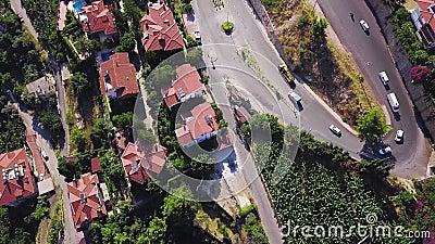 Serpentinenstraße im Cottages-Bereich Klammer Top Aussicht auf die schöne Straße mit Kurven in Form von Schlange in der Hütte Ber stock video footage