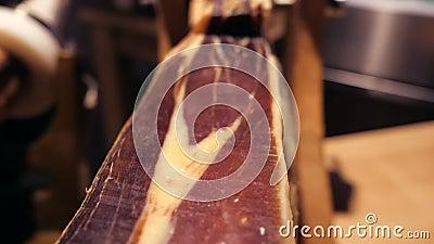 Serrano van Jamon Traditionele Spaanse ham in markt dichte omhooggaand De ham van het varkensvleesbeen op lijst Gastronomisch Vle stock footage