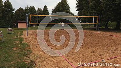 Servar för volleybollspelare över det netto arkivfilmer