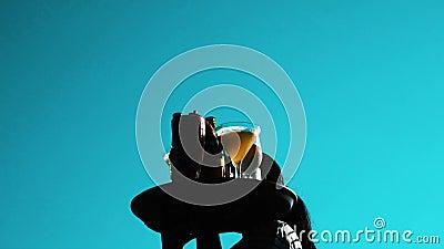 Serveuse marchant avec le plateau complètement des boissons froides au-dessus du ciel bleu d'été clips vidéos