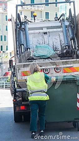 Serviços de reciclagem urbanos do desperdício e do lixo Fotografia Editorial