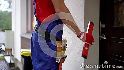 serviços do trabalhador manual - trabalhador com a caixa de ferramentas que vai abrigar video estoque