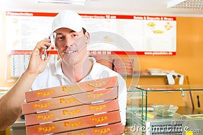 Servicio de salida - hombre que sostiene los rectángulos de la pizza